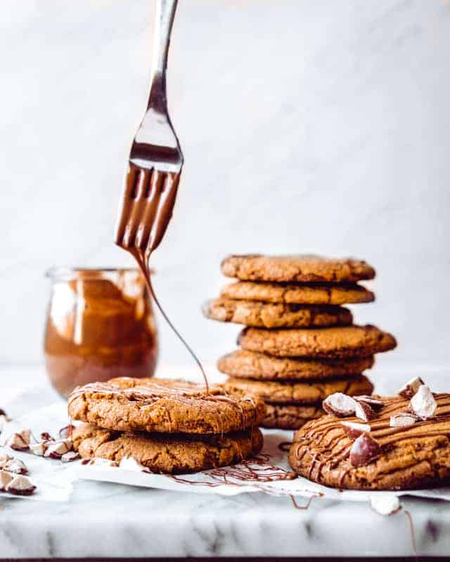 drizzling chocolate on cookies using a fork